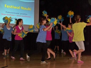 Występ dzieci z  zespołu tanecznego z SP 32